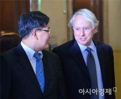 외부 자문을 맡고 있는 마크 워커 변호사(사진 오른쪽)와 김충현 현대상선 CFO가 18일 오후 6시30분 해외 선주들과의 용선료 협상을 마치고 나오고 있다.