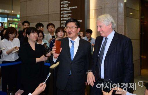 18일 오후6시30분 서울 연지동 현대상선 본사에서 해외 선사들과 용선료 협상을 마친 현대상선 측 마크 워커 변호사와 김충현 최고재무책임자(CFO)가 협상장을 나서고 있다.