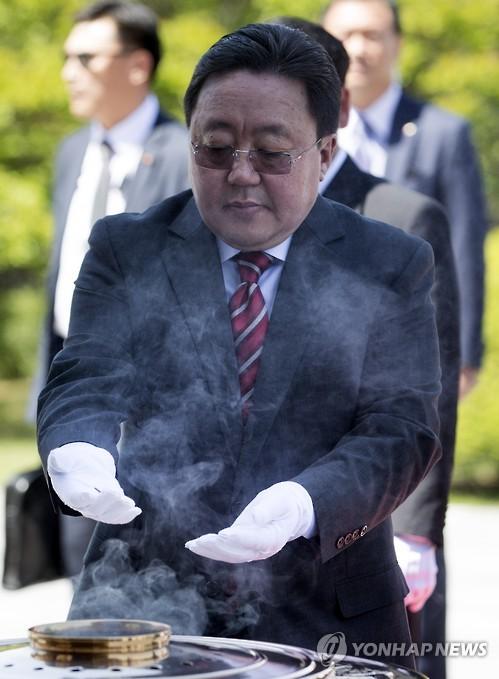 18일 오후 차히아 엘벡도르지 몽골대통령이 서울 동작구 국립서울현충원에서 분향하고 있다(제공=연합뉴스)
