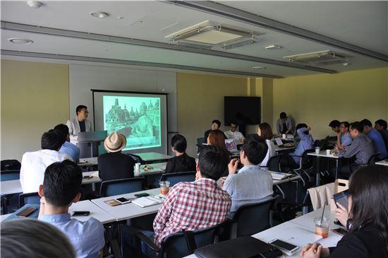 KOTRA는 19일 서울 역삼동 디캠프에서 인도네시아 시장 진출을 원하는 스타트업을 대상으로 '인도네시아 VC 초청 스타트업 파트너링 상담회'를 개최했다. 인도네시아 VC BPI사의 폴 루오 대표가 인도네시아 투자 환경을 설명하고 있다.
