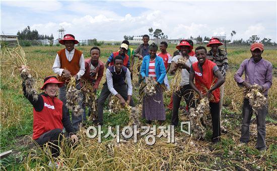 ▲에티오피아 LG희망마을에서 마을 주민이 마늘을 수확하고 환하게 웃고 있다. (제공=LG전자)