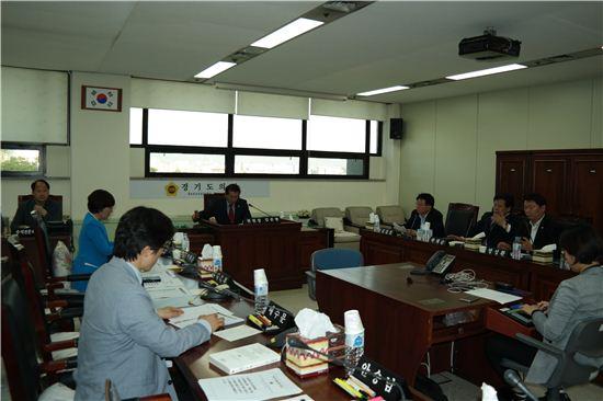 경기도의회 경제민주화특별위원회는 18일 1차 회의를 갖고 위원장과 간사를 선출했다.