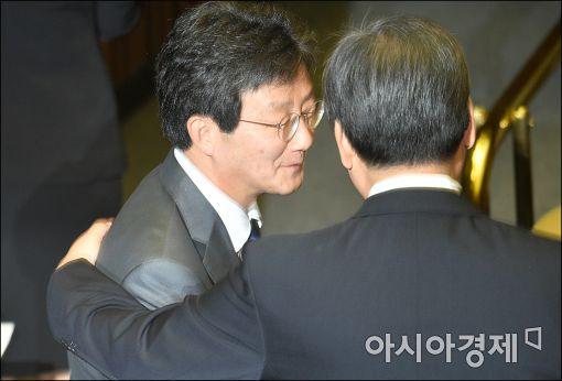 [포토]본회의장에서 만난 김무성·유승민
