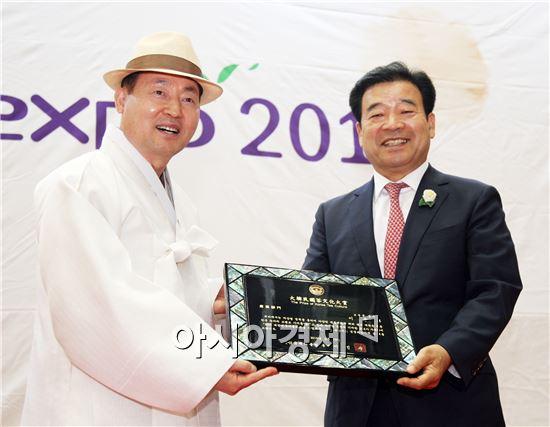 이용부 보성군수(오른쪽)는 19일 제11회 대구 티엑스포가 열린 가운데 제8회 대한민국차문화대상 시상식에서 한국의 차산업 발전에 기여한 공로를 인정받아 차산업화 부문 대상의 영예를 안았다.