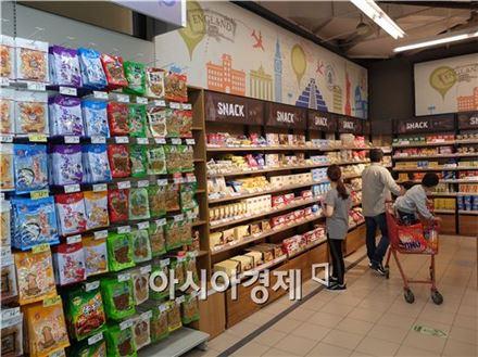 4일(현지시간) 중국 상하이 푸퉈구 롯데마트에서 중국인 가정이 수입식품 코너를 둘러보고 있다.(사진=오종탁 기자)