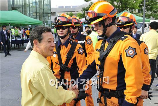 윤장현 광주광역시장은 19일 오후 2016 재난대응 안전한국훈련'의 하나로 국립아시아문화전당에서 열린 '테러 및 화재발생 대응훈련'에 참석해 훈련을 지켜본 격려하고 하고있다.