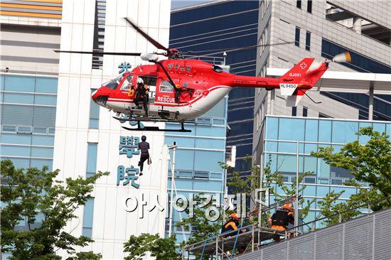 광주광역시는 19일 오후 4시부터 '2016재난대응 안전한국훈련'의 하나로 국립아시아문화전당에서 '테러 및 화재발생 대응훈련'을 실시했다.