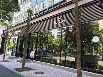 우리은행이 커피전문점 '폴바셋'과 제휴해 서울 이촌동에 낸 '카페 인 브랜치' 외부 전경.