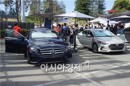 구글 iO에서 안드로이드 오토를 탑재한 차량 모습. 왼쪽이 E-클래스 300, 오른쪽은 엘란트라(한국명 아반떼)다.