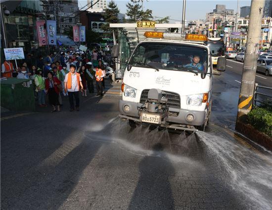 미세먼지 저감 위한 도로 물청소