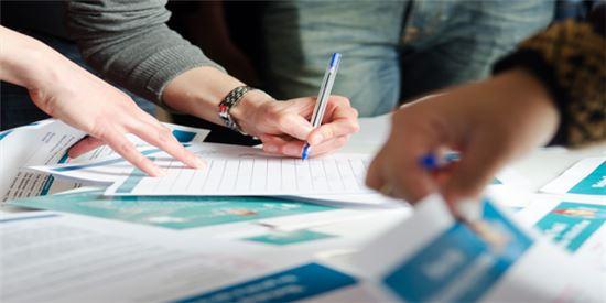 아씨테카 크라우드 직원들이 한자리에 모여 '스타트 업' 기업에 대해 분석하고 있다.