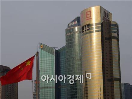 4일(현지시간) 중국 상하이 와이탄에서 바라본 미래에셋타워 등 푸둥신구 고층건물들 모습.(사진=오종탁 기자)