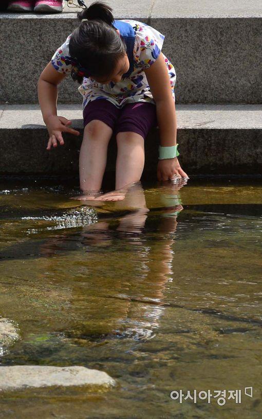 [포토]청계천 물에 발을 담그고