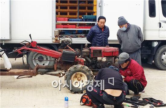 함평군(군수 안병호)은 지난 17일부터 19일까지 전남농업기술원 산하 농기계 교육팀과 합동으로 손불면 학산리 복학마을에서 경운기, 관리기 등 120여 대 농기계를 수리해 호응을 얻었다.