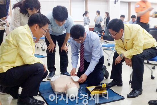 전남도교육청(교육감 장만채)은 20일 대회의실에서 본청 직원을 대상으로 심폐소생술 등 응급처치 교육을 실시했다.