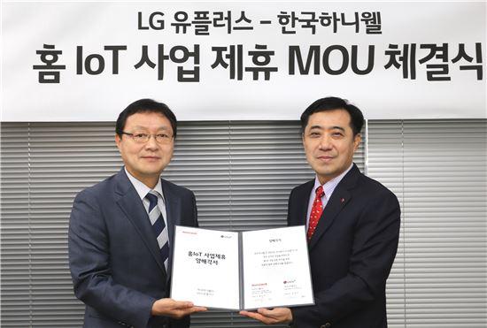 LG유플러스 IoT서비스부문 안성준 전무(오른쪽)와 한국 하니웰 환경제어사업부 최기순 부사장(왼쪽)이 IoT 기술을 적용한 실내 온도제어 및 모니터링 시스템 개발을 위한 업무협약 체결 후 기념촬영을 하고 있는 모습.(사진=LG유플러스)