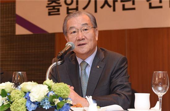 김인호 한국무역협회 회장이 지난 20일 열린 출입기자단 간담회에서 잠실지구 MICE 개발 참여 및 삼성동 한국종합무역센터 구조개선 계획에 대해 설명하고 있다.