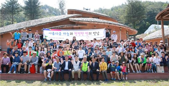 아시아나항공 임직원들이 외삼포2리 산초울 마을을 방문해 봉사활동 및 기증품 전달식을 마치고 마을 주민들과 함께 기념 촬영을 하고 있다.
