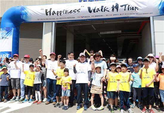 한마음 걷기 대회에 참가한 임직원과 가족들이 기념촬영을 하고 있다.