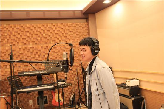 ▲박무성 군이 영등포 학교 밖 청소년 지원센터 스튜디오에서 녹음을 하고 있다.