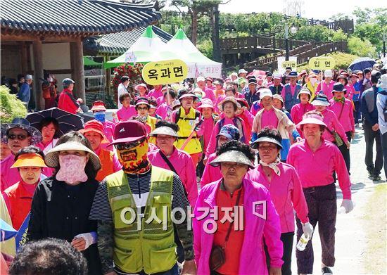 곡성군(군수 유근기)은 지난 20일 곡성군 건강팔팔마을 99개 마을 주민, 걷기를 희망한 주민 등 700여 명이 참여한 가운데 건강걷기 행사를 성황리에 마쳤다