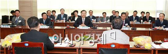 전남도교육청(교육감 장만채)은 지난 21일 오후 5시 본청에서 제20대 전남지역 국회의원 당선자를 초청해 전남교육 정책설명회를 개최했다.