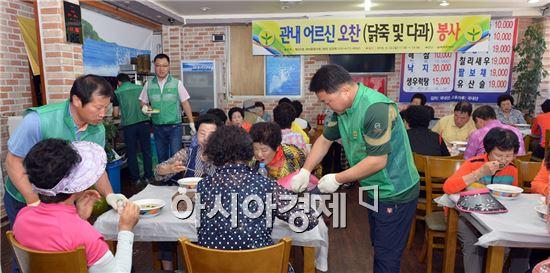 광주 남구 월산5동 새마을협의회(회장 김경묵)는 22일 관내 음식점에서 어르신 300여 명을 초청, 닭죽 나눔 배식 봉사활동을 펼쳤다.