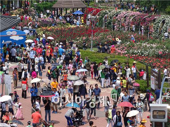 휴일을 맞아 수많은 관광객들이 곡성장미공원을 찾아와 장미향기에 맡으면서 힐링을 하고있다. 노해섭 기자 nogary@