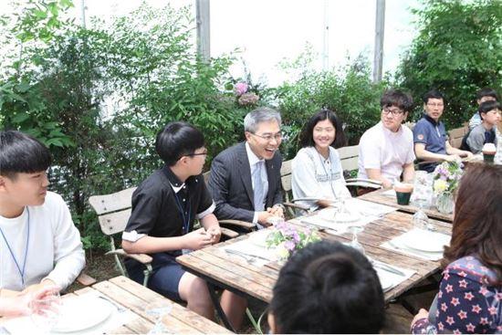 하영구 은행연합회장이 지난 20일 서울 정동 한 식당에서 금융교육을 위해 초청한 지방 학생들과 대화를 나누고 있다. 사진=은행연합회