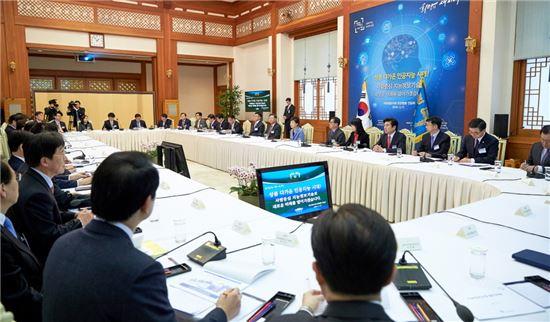 박근혜 대통령이 3월17일 오후 청와대 충무실에서 열린 지능정보사회 민관합동 간담회에 참석하고 있다. (사진=청와대)