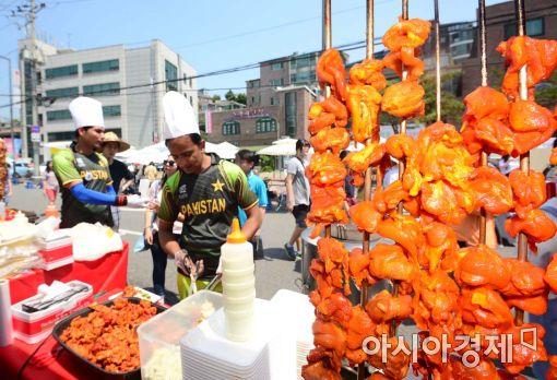 [포토]'파키스탄 탄두리 치킨 맛보세요'