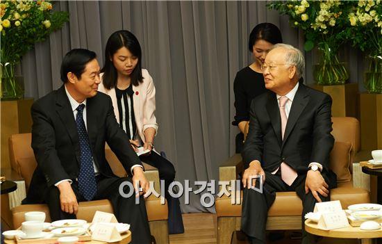손경식 CJ그룹 회장(오른쪽)이 리우치바오 중국 중앙선전부 부장(왼쪽)과 환담을 나누고 있다.