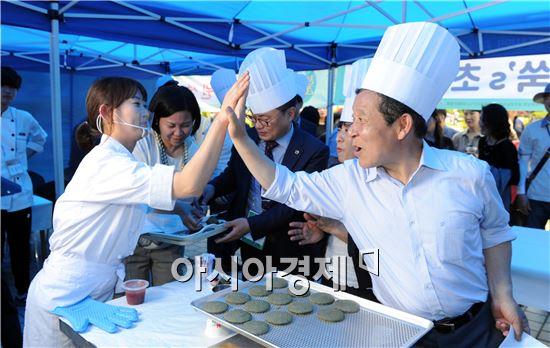대회 현장을 방문한 윤장현 시장은 청년들이 만든 모든 요리를 시식하며 청년상인들을 격려했다.