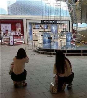 ▲지난 22일 신세계면세점 10층에 있는 '회전목마' 작품 앞에서 중국인관광객들이 기념사진을 찍고 있다.