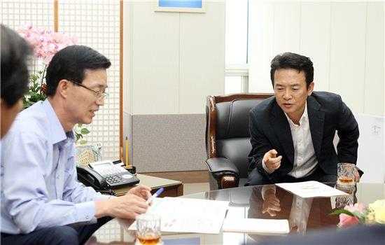 남경필 경기지사가 지난해 8월 기획재정부 방문규 차관을 방문한 자리에서 주요 사업에 대한 국비지원을 요청하고 있다.