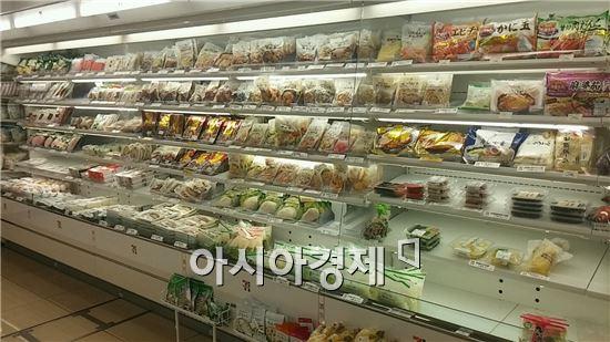 일본 가나가와현 가와사키시 다마구 노보리토 역 앞에 위치한 세븐일레븐의 '미래형 매장' 모습. 채소, 과일 등 신선식품이 매대를 가득 채우고 있다.