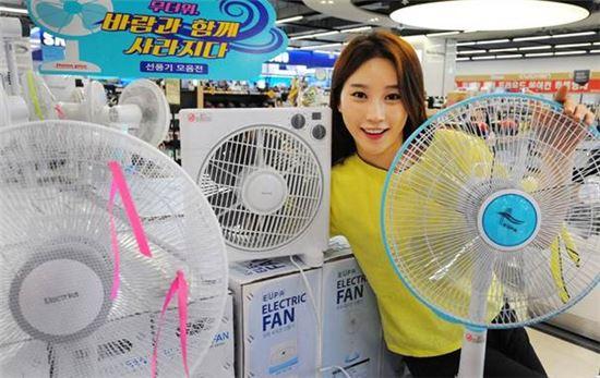 23일 홈플러스 강서점에서 모델이 '선풍기 기획전' 대표 상품을 선보이고 있다.