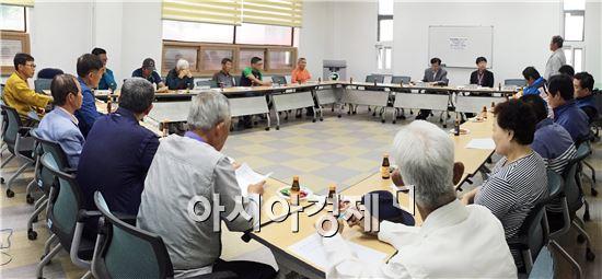 함평군(군수 안병호)은 지난 20일 군청 공무원노동조합 사무실에서 주민과 택시사업자가 모여 행복택시 간담회를 개최했다.