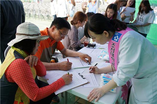 조선대병원(병원장 이상홍)이 조선대학교 제14회 장미축제 현장에서 '생명나눔 장기기증 캠페인'을 진행했다.