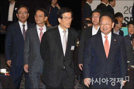 [포토]서울아시아금융포럼 참석하는 유일호 부총리