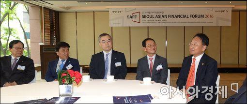 [포토]유일호 경제부총리, 서울아시아금융포럼 참석