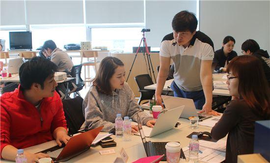 대웅제약(대표 이종욱)이 전문적인 마케팅 담당자를 육성하기 위해 두 달간 운영 중인 '마케팅 전문가 육성 프로그램'에 참가한 직원들이 마케팅에 대한 교육을 수강하고 있다.