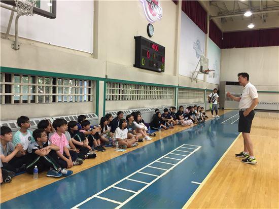 부천 KEB하나은행 여자농구단은 지난 20일 대구 정화중학교 농구동아리 초청행사를 가졌다. [사진=KEB하나은행 제공]