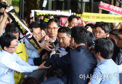 [포토]존 리 옥시 前 대표, 험난한 검찰 출석
