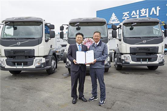 볼보트럭 FL 모델 전달식에 참석한 김영재 볼보트럭코리아 사장과 박장현 ㈜호룡 대표가 기념사진을 촬영하고 있다.