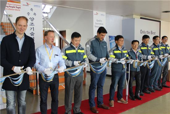 김도훈 오비맥주 대표(왼쪽에서 네 번째)와 관계자들이 양조기술연구소 증축식에 참석해 테이프를 커팅하고 있다.