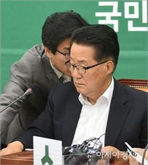 [포토]박지원 원내대표의 은밀한 보고