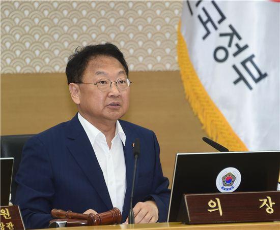 """유일호 """"서비스업 차별 없앤다…세제·금융·조달정책 개편"""""""