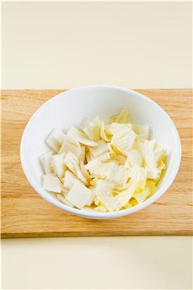 1. 배추 잎과 무는 나박하게 썰어 굵은 소금을 솔솔 뿌려 20분 정도 절인다.