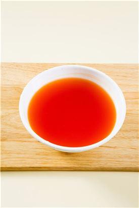 3. 볼에 물 5컵을 담고 고춧가루를 면포에 담아 붉은 물을 들인 다음 매실청과 소금을 넣어 섞는다.